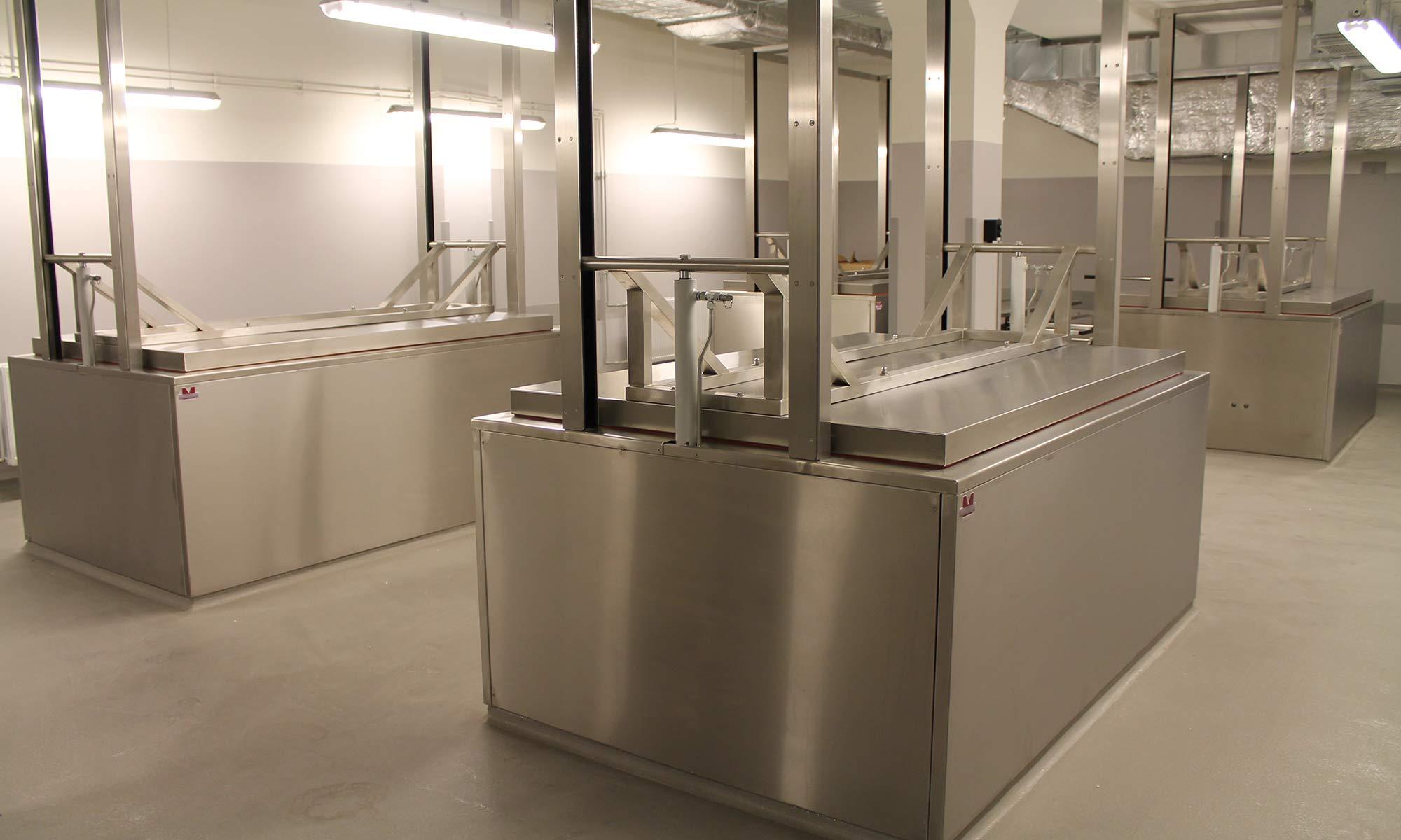 Leichen-Lagerbereich mit hydr. betriebenen Konservierungs-Küvetten